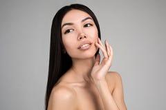 Красивая женщина при совершенный портрет кожи изолированный на серой предпосылке Стоковые Изображения RF
