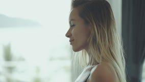Красивая женщина проверяя ее сексуальную форму тела в зеркале сток-видео
