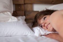 Красивая женщина просыпает вверх Стоковое Изображение RF