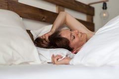 Красивая женщина просыпает вверх Стоковые Фото