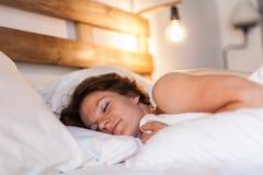 Красивая женщина просыпает вверх Стоковые Фотографии RF
