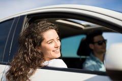 Красивая женщина путешествуя автомобилем Стоковые Изображения RF