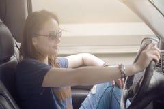 Красивая женщина путешествуя автомобилем Стоковые Фотографии RF