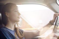 Красивая женщина путешествуя автомобилем Стоковое Фото