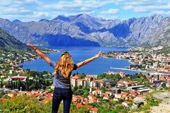 Красивая женщина путешествуя в Балканах стоковое фото rf