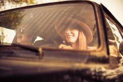 Красивая женщина путешествуя с ее друзьями Стоковые Фотографии RF