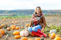 Красивая женщина работая на поле тыквы Стоковое Изображение RF