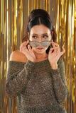 Красивая женщина рассматривая серебряные солнечные очки яркого блеска стоковая фотография rf