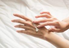 Красивая женщина рук Стоковая Фотография RF