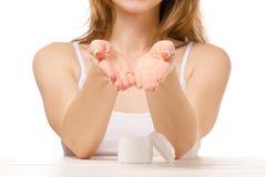 Красивая женщина сидит опарник сливк руки стоковое фото rf