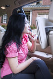Красивая женщина сидит в роскошном автомобиле Стоковые Изображения RF