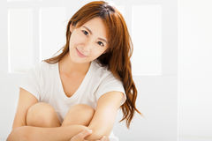 красивая женщина сидя в живущей комнате Стоковые Изображения