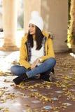 Красивая женщина сидя на листьях, образ жизни co счастья осени стоковые фотографии rf