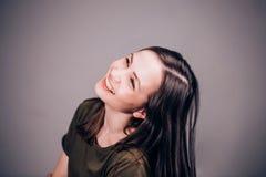 Красивая женщина смеется над не стопом смешно очень Положительные человеческие эмоции стоковые изображения