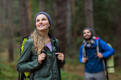 Красивая женщина смотря природу пока пеший туризм в лесе Стоковое Изображение RF