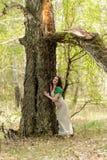 Красивая женщина стоит близко береза Стоковые Фото