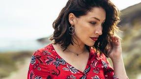 Красивая женщина стоя outdoors смотрящ вниз стоковая фотография rf