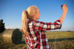Красивая женщина страны делая фото selfie на smartphone в fie Стоковые Фото