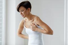 Красивая женщина страдая от боли в вопросах здравоохранения комода Стоковые Изображения RF