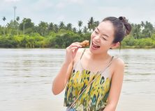 Красивая женщина счастливо ест цыпленка стоковое изображение rf