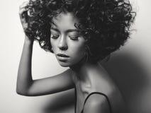 Красивая женщина с афро завивает стиль причёсок Стоковые Изображения
