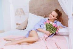 Красивая женщина с белыми и розовыми тюльпанами Стоковая Фотография RF