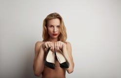 Красивая женщина с ботинками в ее руках Стоковое Фото
