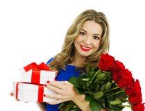 Красивая женщина с букетом красных роз и подарочных коробок Стоковое Изображение