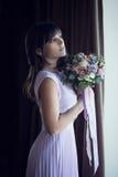 Красивая женщина с букетом Стоковые Фотографии RF
