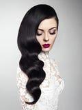 Красивая женщина с волной Голливуда стиля причёсок Стоковые Изображения RF