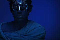 Красивая женщина с голубой стороной с маской Стоковая Фотография
