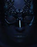Красивая женщина с голубой стороной с маской Стоковые Изображения