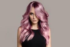 Красивая женщина с длинными волнистыми крася волосами стоковое фото rf