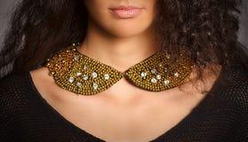 Красивая женщина с желтым ожерельем Стоковое Фото