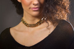 Красивая женщина с желтым ожерельем Стоковое фото RF