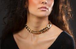 Красивая женщина с желтым ожерельем Стоковые Изображения RF
