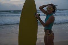 Красивая женщина с желтым surfboard на пляже Стоковые Фото