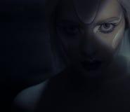 Красивая женщина с замороженным составом в темноте Стоковое фото RF