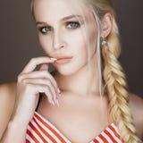 Красивая женщина с заплетенными волосами, составляет и делать стоковое изображение rf