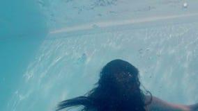 Красивая женщина с зеленым платьем плавая под водой сток-видео