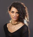 Красивая женщина с золотым ожерельем Стоковое Фото