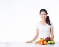 Красивая женщина с здоровой едой, белой предпосылкой Стоковая Фотография