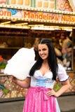 Красивая женщина с конфетой хлопка стоковое изображение