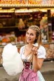 Красивая женщина с конфетой хлопка стоковое фото rf