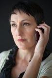 Красивая женщина с короткими волосами Брайна говоря на сотовом телефоне стоковые изображения rf
