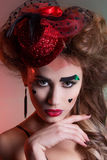 Красивая женщина с красивым составом и hairdo в маленькой красной шляпе с большими губами с сердцами на праздник стороны Valentin Стоковая Фотография RF