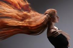 Красивая женщина с красными волосами стоковое изображение rf