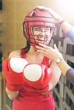 Красивая женщина с красными перчатками бокса Привлекательная женская тренировка боксера Стоковые Изображения