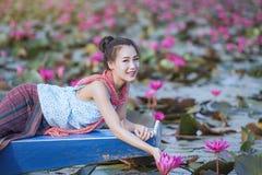 Красивая женщина с красным морем лотоса стоковые фото