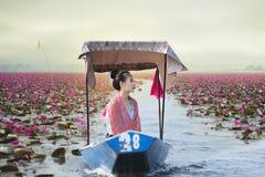 Красивая женщина с красным морем лотоса стоковая фотография rf